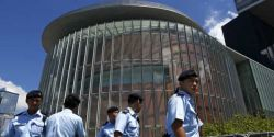 Com 500 agentes, polícia de Hong Kong invade Redação de jornal pró-democracia