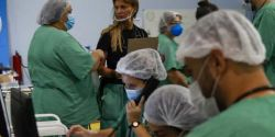 Número de casos de Covid se estabiliza no Brasil, mas segue entre maiores do mundo